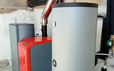 Instalación de caldera de pellet con depósito para pellet y depósito de inercia
